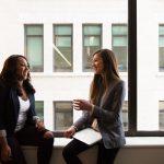 Extrovertky, týchto 5 vecí sa musíte naučiť od introvertiek